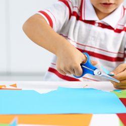 آموزش نحوه استفاده از قیچی به خردسالان و کودکان