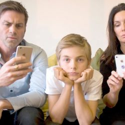 آسیب استفاده بیش از حد فضای مجازی بر روی رابطه والدین و کودک و نیز اختلال در رشد شخصیت والدین