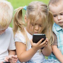 استفاده از صفحه نمایش الکترونیکی برای کودکان زیر ۲ سال  ممنوع و برای کودکان ۲ تا ۵ سال ۱ ساعت در روز