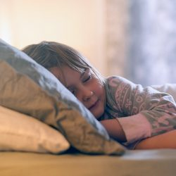 تاثیر تماشای تلویزیون بر خواب کودکان خردسال